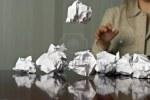 4086484-donna-gettare-palline-di-carta-straccia-sul-tavolo