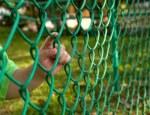 12525158-bambino-dito-aggrappandosi-ad-una-recinzione